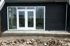 Klaas de Jong Timmerwerken, 024, stal omgebouwd als kamer met balken plafon en hsb wanden, inclusief tuindeurpui